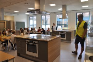 På Tasta skole kunne Kjetil Vestbø glede seg over å ønske 6. klasse velkommen til et flunkende nytt kjøkken i mat og helse.