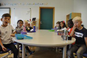 På Byfjorden skole har 1.-klassingene sin aller første matpause på skolen.
