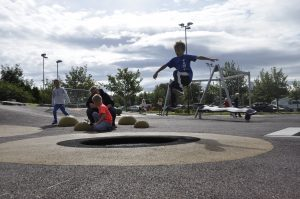 Også på Teinå skole er de spreke. Med trampoline i skolegården kan man gjøre heftige stunt.